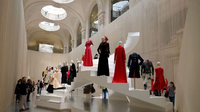 retrospective-sur-l-evolution-de-la-silhouette-en-trois-siecles-de-mode-au-musee-des-arts-decoratifs-a-paris-le-6-avril-2016_5577181-1